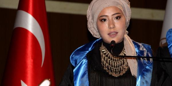 Afganlı kızdan müthiş başarı hikayesi; Üniversiteyi ikincilikle bitirdi