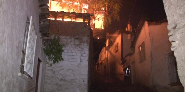 Ankara Kalesi'ndeki yangında 7 ev kullanılmaz hale geldi