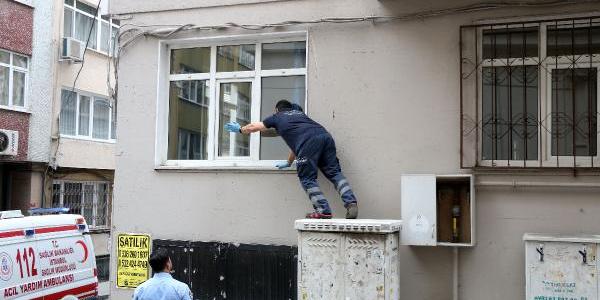 Evinde düşen yaşlı kadının imdadına polis pencereden yetişti