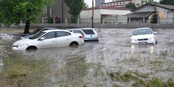 Ankara'da yine sağanak paniği: Çok sayıda ev ve işyerini su bastı