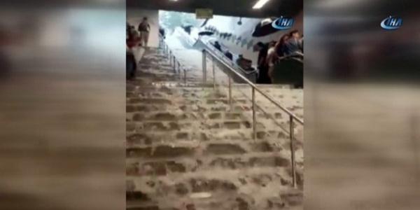 Ankara'daki metro merdivenleri sağanak nedeniyle şelaleye döndü