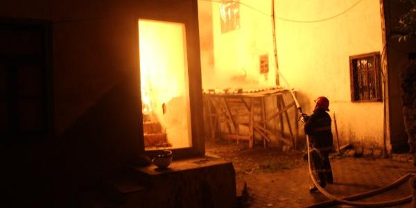 Tokat'ta ahşap evde çıkan yangında aile son anda kurtarıldı