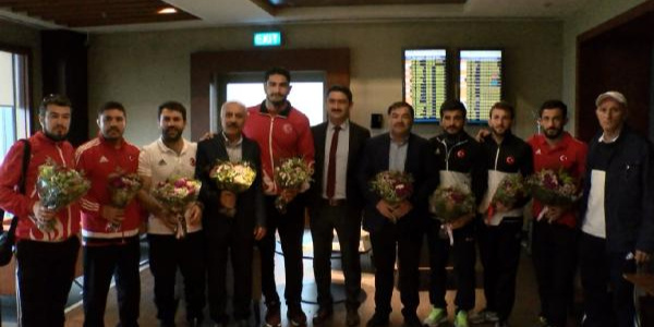 Rusya'dan dönen şampiyon güreşçileri çiçeklerle karşıladılar