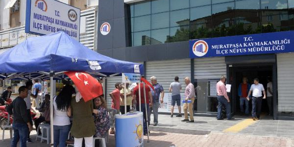 24 Haziran seçimleri için Antalya'daki nüfus müdürlüklerine akın ettiler