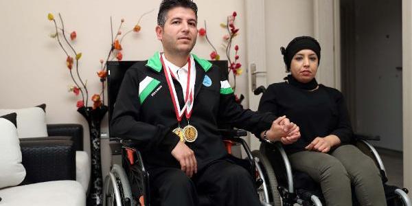 Bedensel engelli eşini, internetten öğrendiği taktiklerle Türkiye şampiyonu yaptı