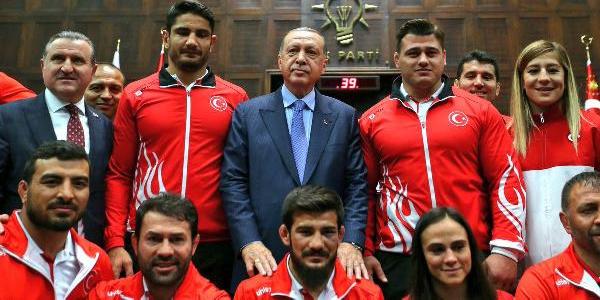 Madalya ile dönen milli güreşçiler Beştepe'ye gitti