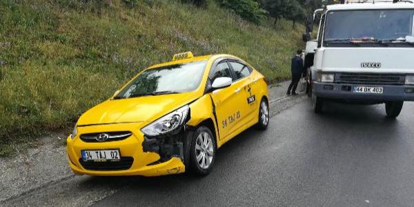 TEM'de kaza yapan sürücülerin arasına otomobil daldı: 1'i ağır 2 yaralı