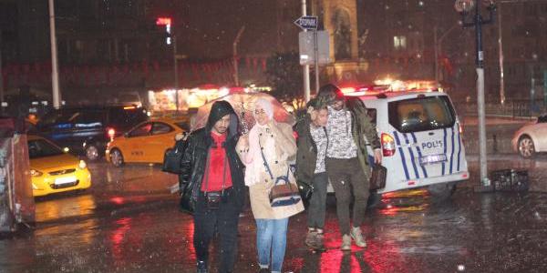 Gece yarısı bastıran sağanak yağış İstanbullulara zor anlar yaşattı