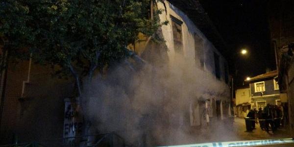 Bursa'da 64 yıllık bina şiddetli yağmura dayanamadı