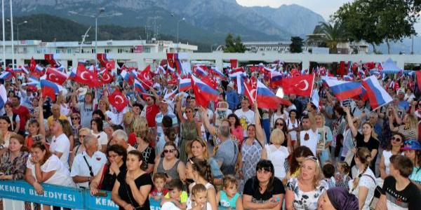 Rus vatandaşların Kemer'de 'Zafer Bayramı' coşkusu