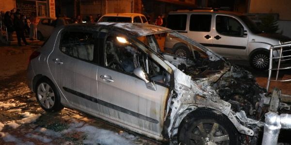 Boşandığı eşinin arabasını yakıp polisi aradı