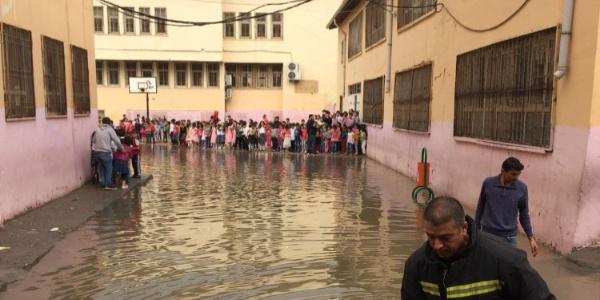 Mardin Kızıltepe'de okulda mahsur kalan öğrencileri itfaiye kurtardı