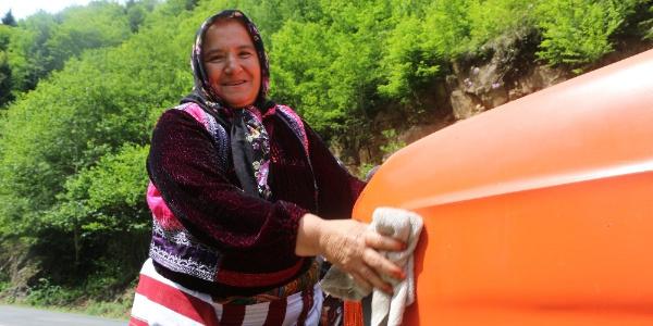 Trabzonlu Fatma eşinden yadigar kalan minibüsle 18 yıldır dolmuşçuluk yapıyor