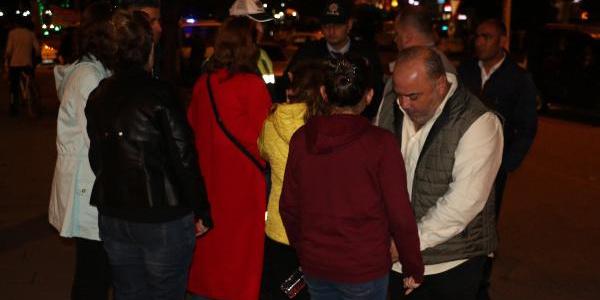 Galatasaray taraftarının attığı havai fişek arabadaki çocuğu yaraladı