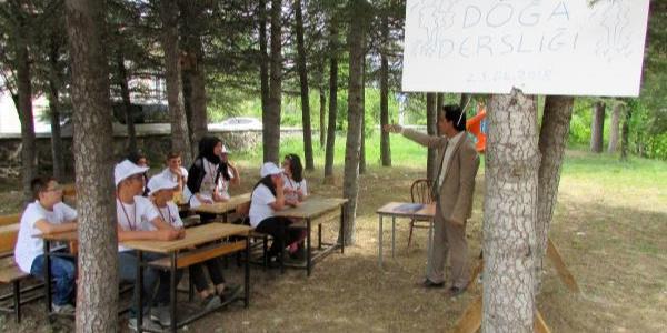 Bu köyde öğrenciler bahçede ders işliyor, kümeste tavuk ve ördeğe bakıyorlar