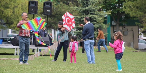Ankara'da biyonik kulaklı çocuklar uçurtmalarla coştu