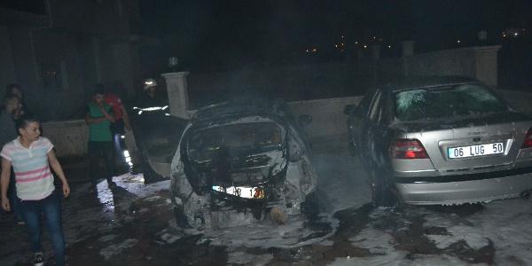 Adana'da bir apartmanın parkındaki 3 otomobil cayır cayır yandı