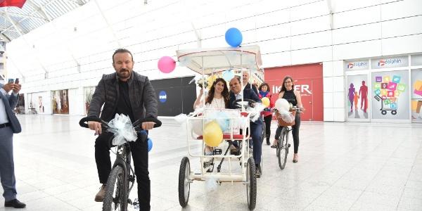 İzmit'te genç çift nikah masasına bisikletle gittiler
