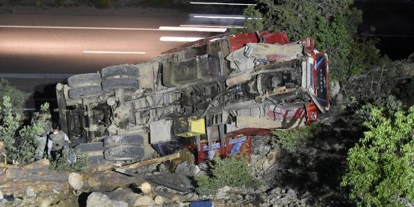 Gümüşhane'de virajı alamayan kamyon 30 metre yuvarlandı: 1 ölü, 3 yaralı