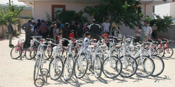 Kilis'te ailesine sigarayı bıraktıran çocuklara bisiklet hediyesi
