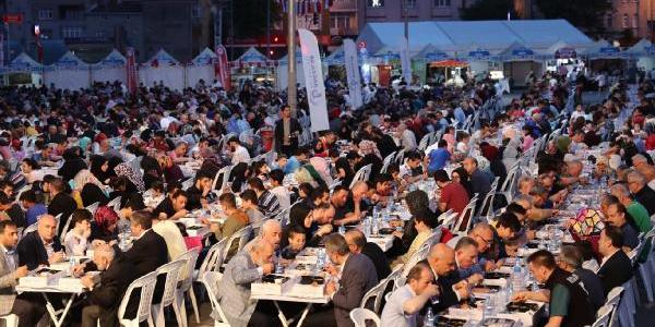 Bağcılar Belediyesi ilk iftarı 5 bin kişiyle açtı