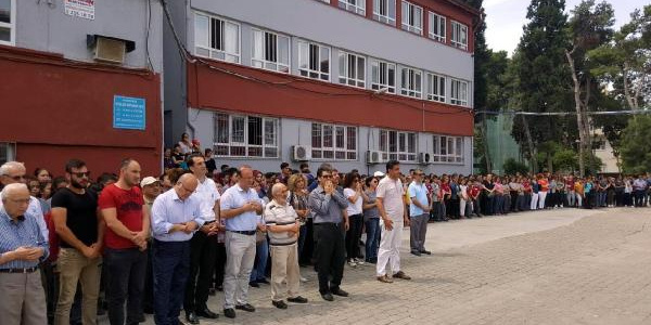 Aydın'ın Efeler ilçesinde öğrenciler okul müdürü için gözyaşı döktü