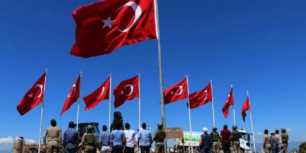 Suriye'de 9 şehit verilen Keltepeye 9 Türk bayrağı dikildi