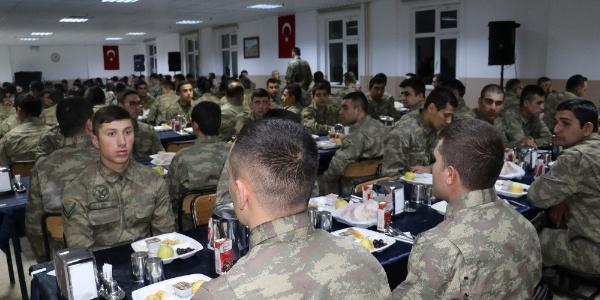 Bakan Süleyman Soylu Şemdinli'de Mehmetçikle sahur yaptı