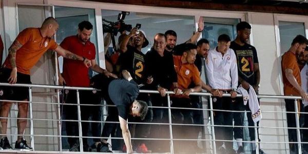 Fatih Terim Florya'da balkona çıktı yer yerinden oynadı