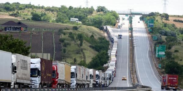 Kapıkule Sınır Kapısı'nda TIR'lar 30 kilometrelik kuyruk oluşturdu