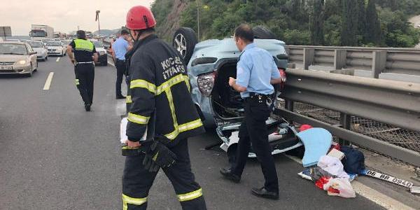 Dilovası'nda otomobil TIR'a çarptıktan sonra ters döndü: 4 yaralı