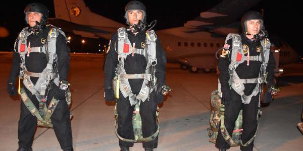 Kayseri'de komandolar gece yarısı 9 bin fit yükseklikten atladı