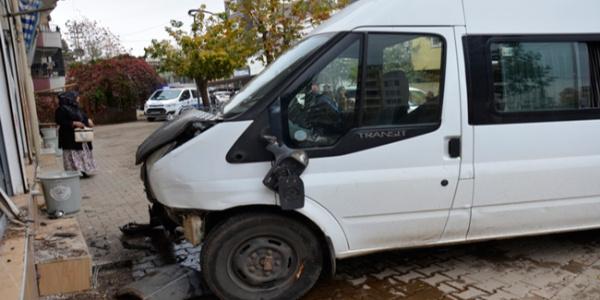 Öğretmenleri taşıyan servis minibüsü otobüs durağına daldı: 5 yaralı