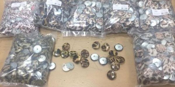 Brezilyalı yolcunun valizinden düğme içine zulalanmış 4 kilo uyuşturucu çıktı