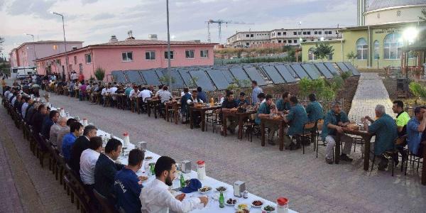 Adana Cezaevi'nde mahkumlar protokolle birlikte iftar yaptı