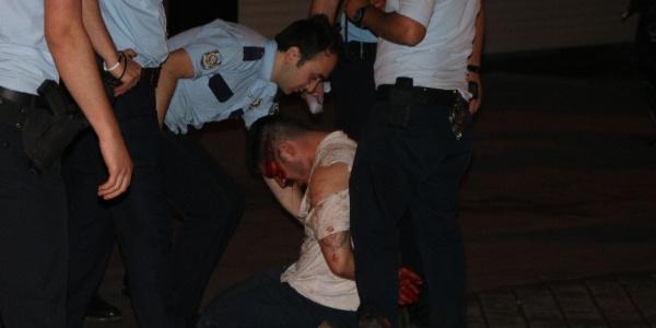 Arkadaşını bıçaklayan şahıs polisi görünce kendisini doğradı