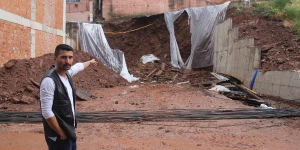 Kocaeli'nde inşaat kazısı sırasında yol çöktü, 5 bina tahliye edildi