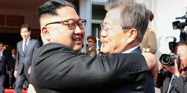 Trump iptal etti, Güney ve Kuzey Koreli liderler kucaklaştı