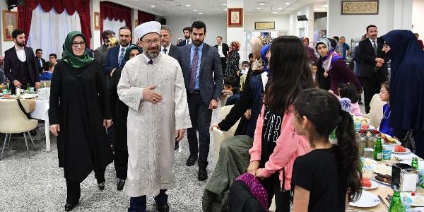 Diyanet İşleri Başkanı Erbaş, çocuklar ve yaşlılarla iftarda buluştu