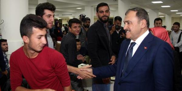Bakan Eroğlu iftar için öğrencilerle birlikte tabldot kuyruğuna girdi