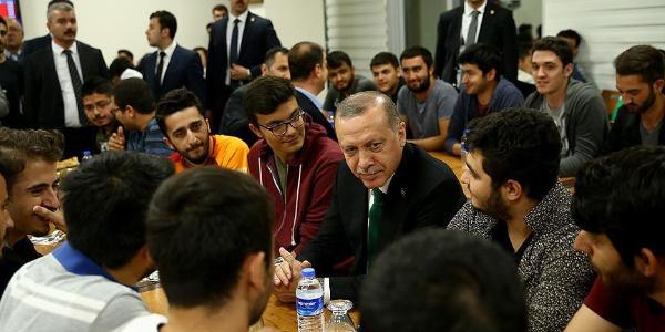 Cumhurbaşkanı Erdoğan sahur vakti gençlere yerli otomobili anlattı