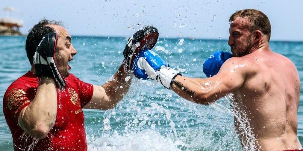 Bülent Başer Alman boksörü şampiyonluk için denizde  çalıştırıyor