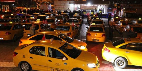 """Cumhurbaşkanı """"Uber bitti"""" dedi, taksiciler Kısıklı'ya akın etti"""