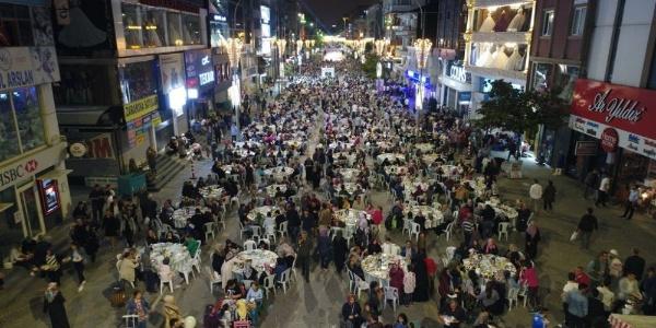 Binlerce kişi  Ümraniye'de kurulan sahur sofrasına koştu