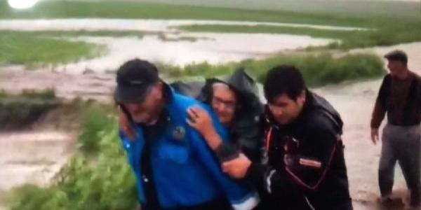 Kars'ta selde mahsur kalan aileye AFAD ulaştı