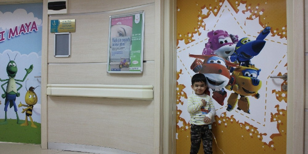 Karaman'da hastane çocuklar için kapıları çizgi film karakterleri ile süsledi