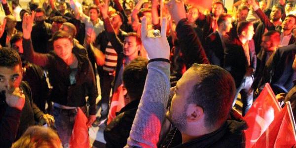 Bolu'da HDP'nin bina önüne bayrak asma ısrarı kenti ayaklandırdı