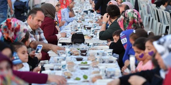 Ahmet Hamdi Akseki Camii iftar vakti çocuklarla doldu taştı
