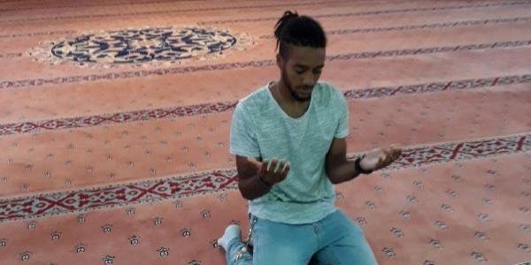 Antalya'da camiye giden İngiliz genç, Kazak sevgilisi için Müslüman oldu