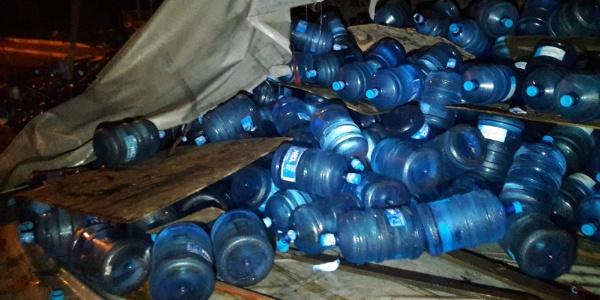 Bağcılar TEM'deki kazada  su damacanaları yola savruldu